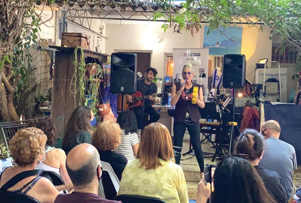 """סי היימן מופיעה בחצר דירתה אשר בתל אביב. """"הבנתי שאין על מי לסמוך וממי לצפות לעזרה"""" (צילום: נמי כרמי)"""