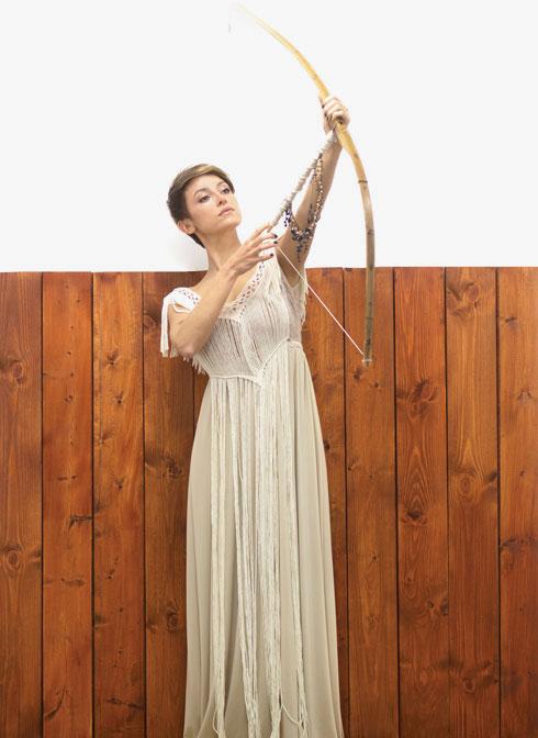 """""""נכנסתי לאטרף של מקרמה"""". שמלת כלה שעיצבה (יחד עם שירי נובק) (צילום: גילי לוינסון)"""