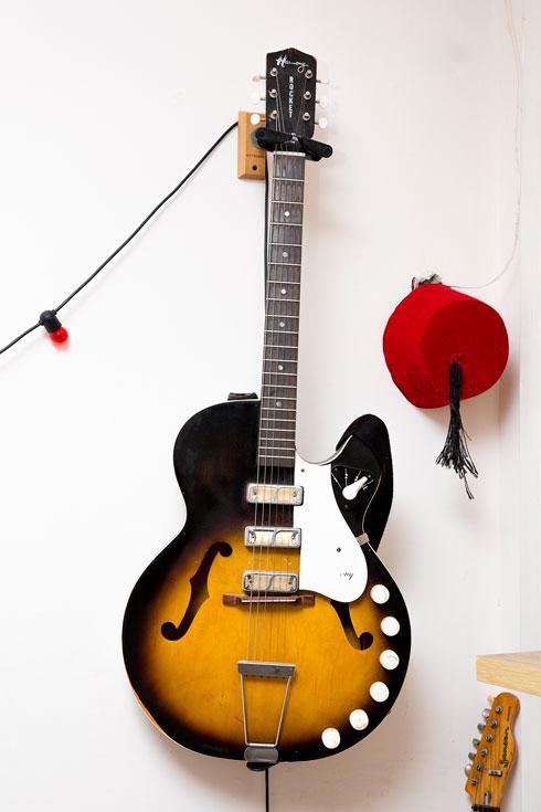 """גיטרה חשמלית, הרמוני. """"זאת גיטרה וינטג' משנת 1965 עם סאונד מאוד מיוחד, שקיבלתי במתנה ביום הולדת 35 שלי מאימרה. היא עשתה מגבית בין כל החברים שלי והפתיעה אותי איתה""""  (צילום: ענבל מרמרי)"""