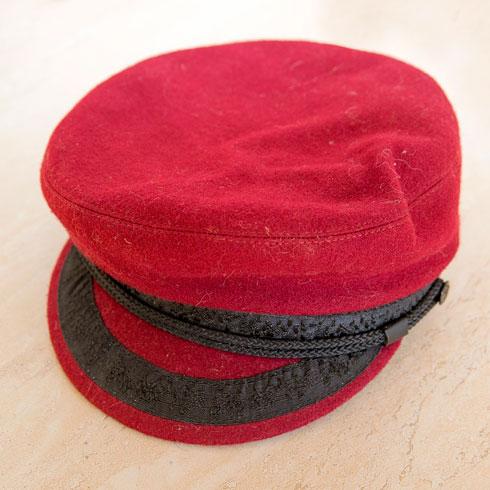 """כובע אדום. """"קיבלתי אותו במתנה מהמפיק המוזיקלי שלי בפריז, בנג'מן לבא, כשסיימנו שנה של הקלטות בערב השנה החדשה"""" (צילום: ענבל מרמרי)"""