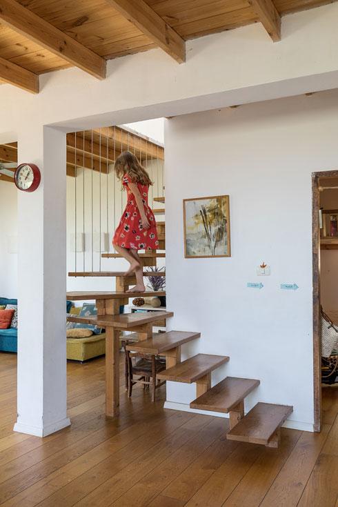 את המדרגות אדר בנה משאריות של ''האט טאבים'' - חביות עץ לטבילה חמה באוויר הפתוח (צילום: שירן כרמל)