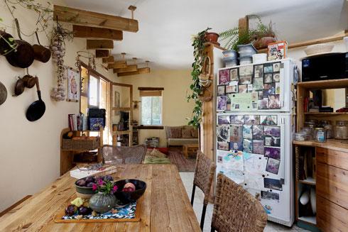 מבט אל הסלון. על המקרר צילומים מתחילת הדרך ועד היום (צילום: שירן כרמל)