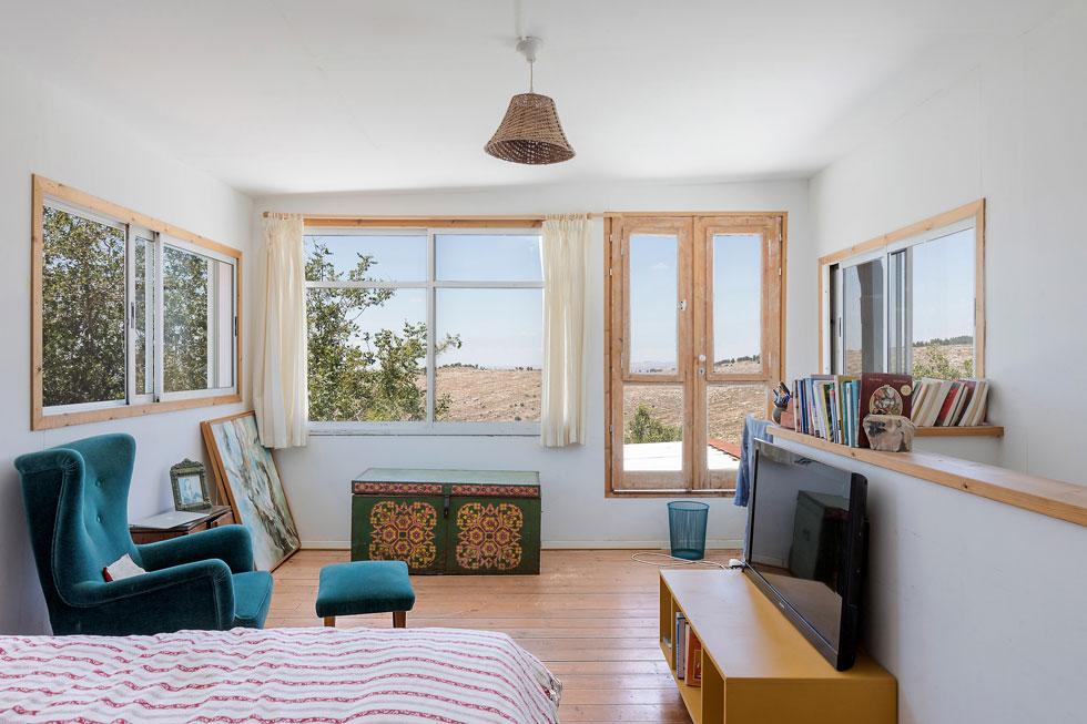 חדרם של בני הזוג בקומה העליונה נטול תריסים. מסיטים את הווילון, והנוף נפרש למלוא העין (צילום: שירן כרמל)