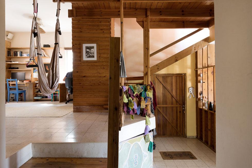 גרם מדרגות ספירלי נמצא במרכז הבית, וסביבות נפרשים החדרים. הוא מוביל לחדרם של בני הזוג, היחיד שנמצא בקומה העליונה (צילום: שירן כרמל)