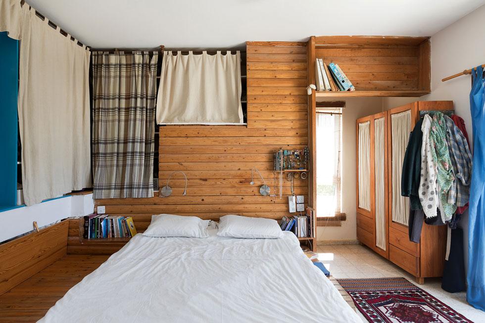 חדר השינה. ''רצינו לחיות בנגישות מאוד גבוהה לטבע'', מספרת רמה. ''חיים פשוטים''. גם מכאן יש מרפסת היוצאת אל הנוף (צילום: שירן כרמל)