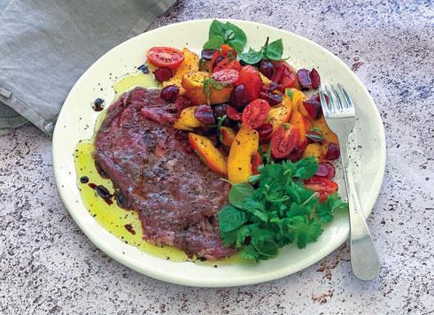 קרפצ'ו שייטל עם סלט עגבניות ופירות קיץ  (צילום וסגנון: נטשה חיימוביץ')