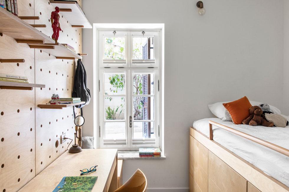 לבכור תוכנן ארון מגירות מתחת למיטה. חדרו נמצא בקצה המרוחק של הדירה, ויש לו חדר רחצה צמוד  (צילום: איתי בנית)