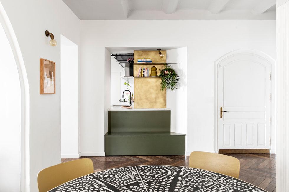 דלת הכניסה נראית מימין, ומשמאל לה מציץ המטבח. הדירה בנויה בצורת האות ח', מחולקת לחדרים רבועים וקטנים יחסית (צילום: איתי בנית)