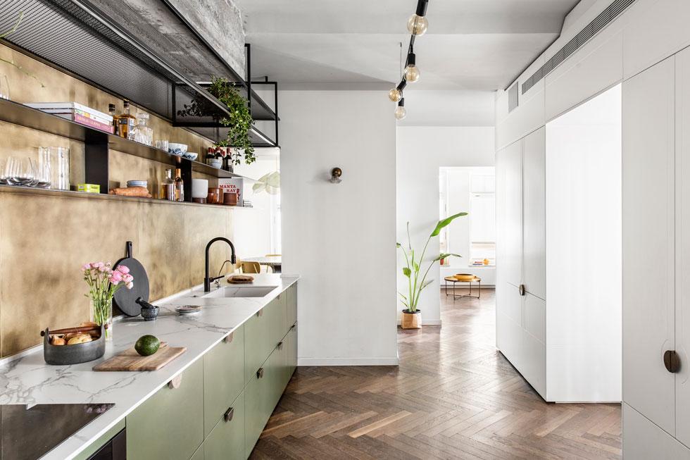 מה עושים עם קומת מחסנים? הולכים על חדרים רבועים קטנים, וממקמים את המטבח במעבר. תכנון: Ma-Deux Studio. לחצו לסיור בדירה (צילום: איתי בנית)