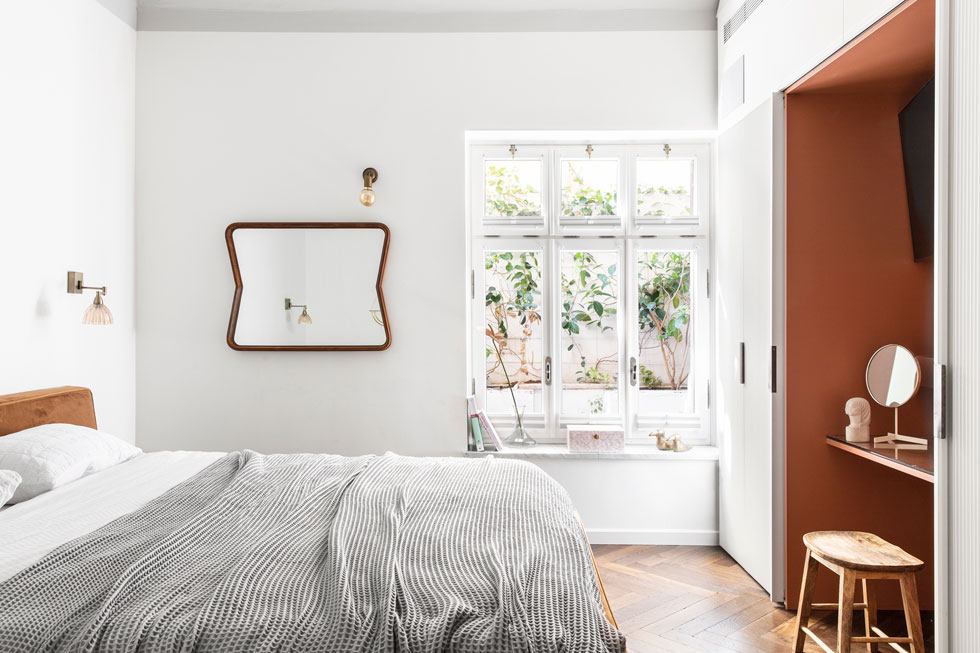 חדר ההורים הוא הגדול בבית. הארון תוכנן כך שדלתותיו נסגרות על פינת איפור ומסך הטלוויזיה (צילום: איתי בנית)