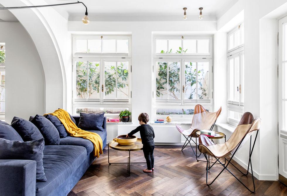 כמו רוב החדרים, גם הסלון קטן יחסית. החלונות המרובים וגובה התקרות מפצים על כך (צילום: איתי בנית)