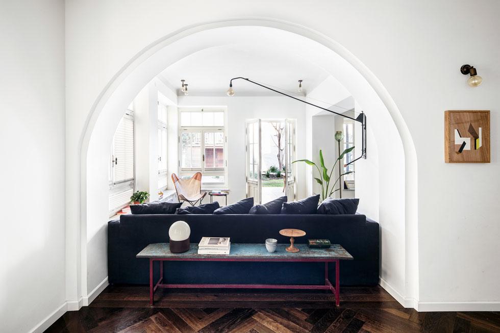 מבט מאזור הכניסה ופינת האוכל, אל הסלון והגינה הצמודה. שטח הדירה 139 מטרים רבועים, ועוד גינה של 300 מ''ר (צילום: איתי בנית)