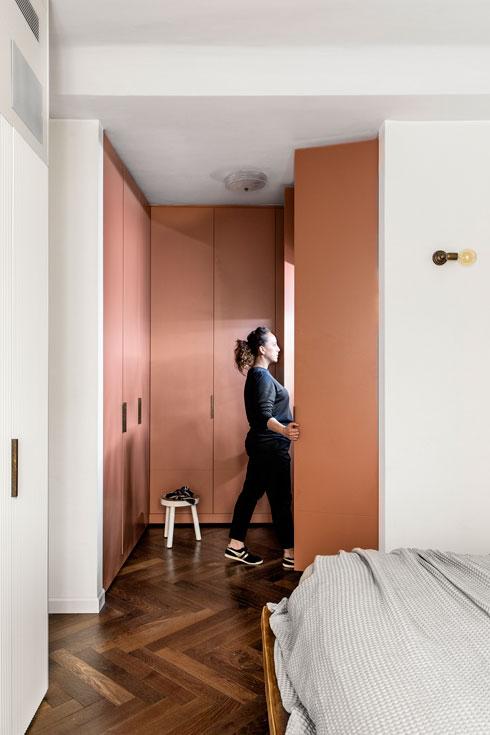 חדר ארונות בצבע סלמון מצדה השני של המיטה (צילום: איתי בנית)