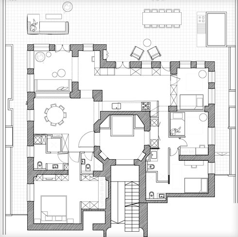 בתוכנית נראים היטב העמודים והקירות העבים, שנשארו כשהיו. הדירה כמעט מעגלית, והמטבח מוקם במרכז, במעבר בין שני חלקיה (תוכנית: Ma-Deux Studio)