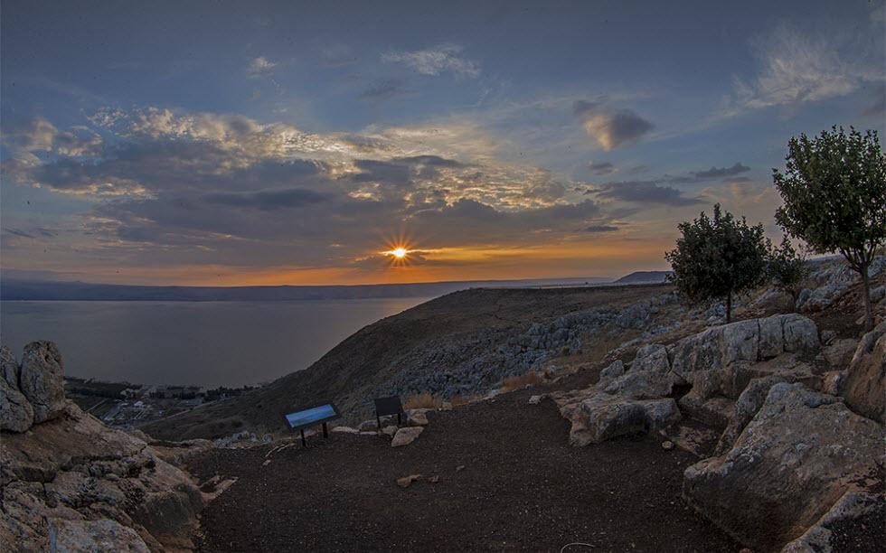 גן לאומי ושמורת טבע ארבל: אור ראשון מעל הכנרת (צילום: מוטי בוהדנא)