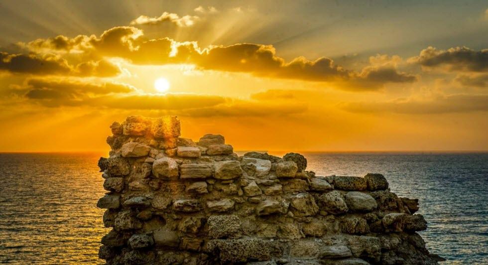 יופי של רעיון לדייט רומנטי על המצוק הגבוה מעל הים - אפולוניה (צילום: רוני חמד)