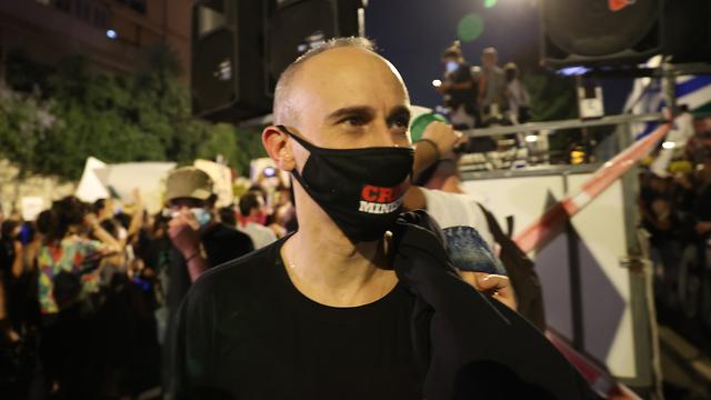 אסף אמדורסקי בהפגנה מול בית רה