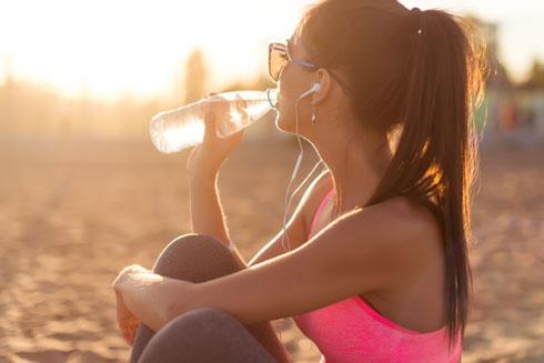 חייבים לשתות אבל לא בשביל היופי (צילום: Shutterstock)