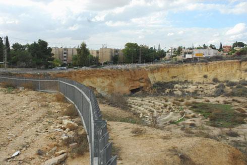 נטושה כבר עשרות שנים ומהווה מקום מפוקפק. המחצבה הנטושה (צילום: הרצל יוסף)