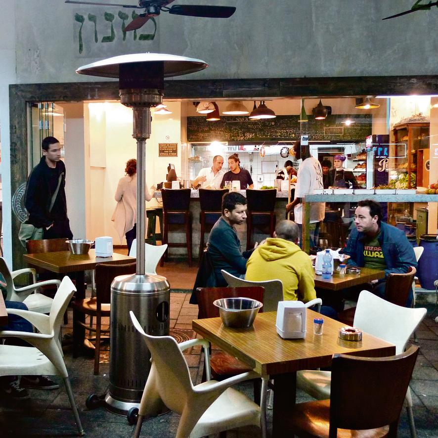 """הסניף של 'המזנון' בתל־אביב. """"למרות ההפחדות, אנחנו בישראל תאבי חיים. בעולם הקהל יותר מפחד, כי הוא לא עשה מלחמות""""   צילום: יריב כץ"""