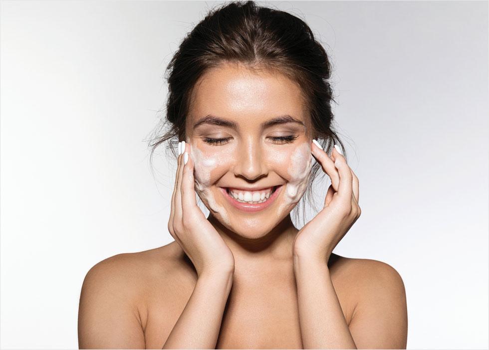 אם יש לך עור יבש, עדיף להשתמש בסבון רק פעם אחת ביום (צילום: Shutterstock)