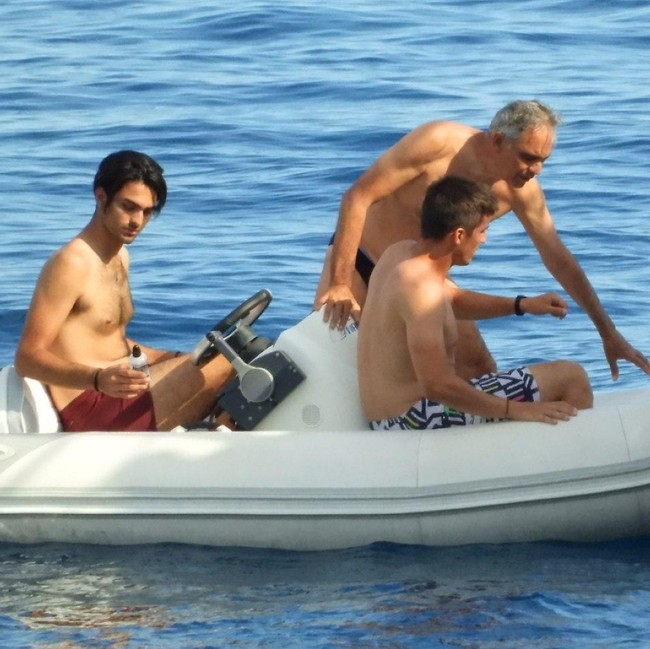 עושים חיים. בוצ'לי עם בניו עמוס ומתאו (צילום: mega)