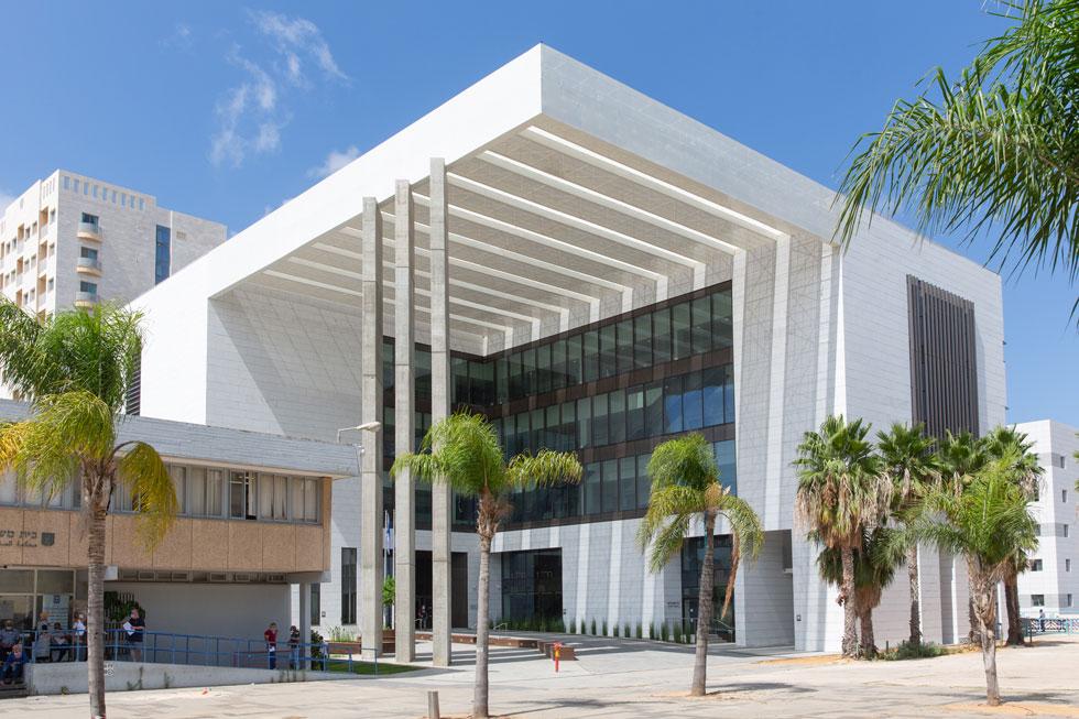 החזית הראשית של בית המשפט החדש של חדרה, בתכנון האדריכל אמנון רכטר. משמאל: בית המשפט הישן שייהרס (צילום: דור נבו)