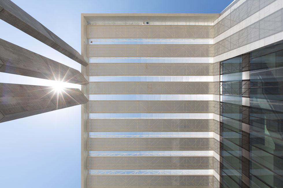 ומכאן לשיא הגובה: תאים פוטו-וולטאיים יותקנו על גבי המצללה כדי לספק חשמל לבניין ולהפוך אותו למאופס-אנרגיה (צילום: דור נבו)