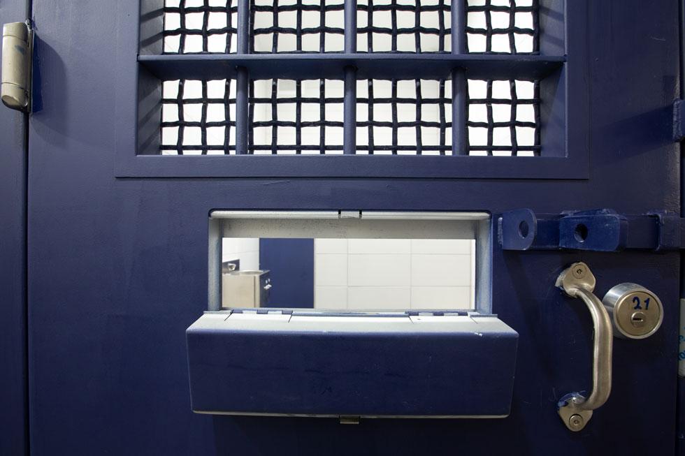 אחד מתשעת תאי המעצר שנמצאים במרתף. מכאן עולים העצירים במעליות לאולמות המשפט (צילום: דור נבו)