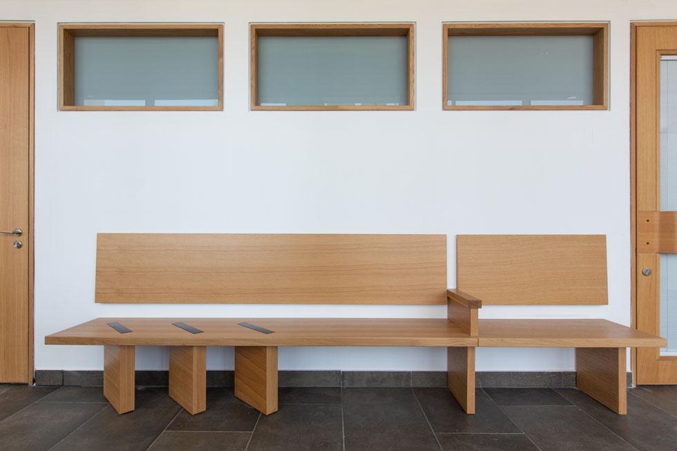באזכור לשלושת עמודי הבטון בחוץ, הספסלים עוצבו במיוחד על ידי משרד האדריכלים (צילום: דור נבו)