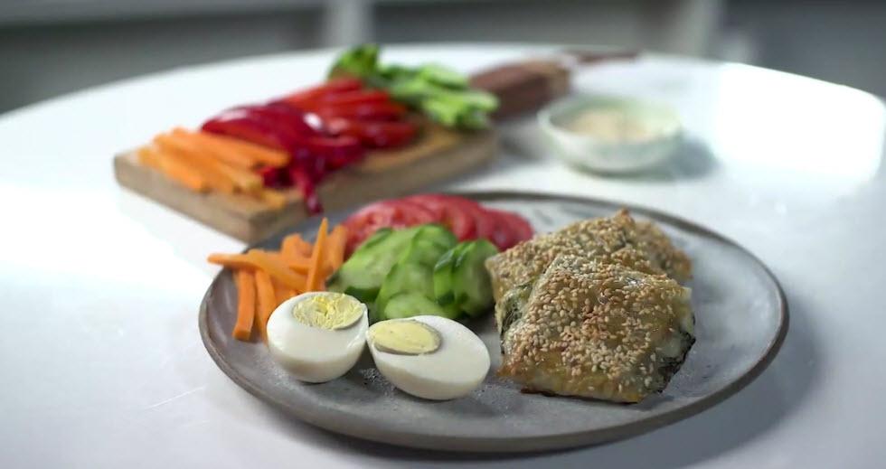 מנה לכולם - בורקס עלי אורז ממולא גבינות מוגש עם ירקות וביצה קשה