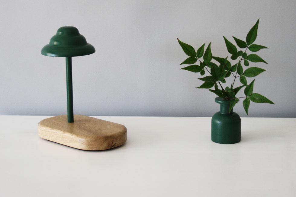 ''ארטיק'', מנורת שולחן חדשה של חיים אבגי. בסיס מעץ אלון, נורת לד ואהיל אלומיניום (צילום: חיים אבגי)