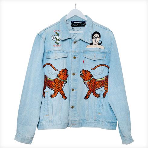 """ז'קט ג'ינס, AKA-Rock. """"זה סיפור חיי במשפט אחד. אני אוהבת שעושים קסטומייזינג לפריט לבוש ישן. זאת אמירה מאוד חיובית: כדי לפתוח דף חדש, אני צריכה לקבל את התפישות הישנות ולהיות הסוכנת של החדש"""" (צילום: ענבל מרמרי)"""