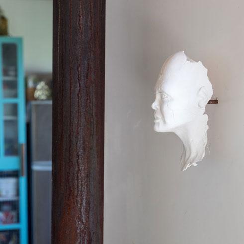 לא רק בונה. על הקיר פסלים מעשה ידיו של אדר סגלי (צילום: שירן כרמל)