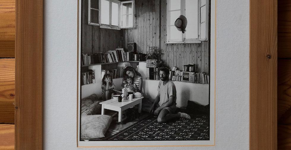 עוזי ורמה עם מיה ואלה, בצריף הישן (צילום: שירן כרמל)