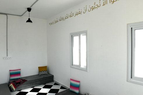 פסוק מהקוראן במעלה הקיר בפינת התפילה (צילום: אבי פז)
