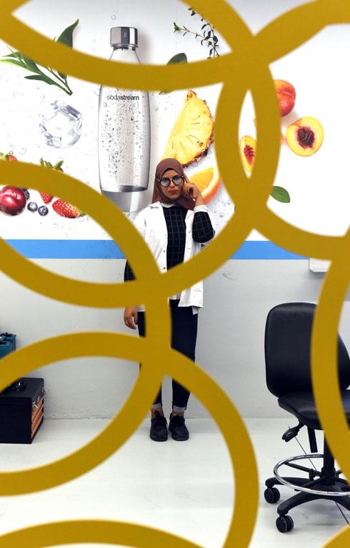 נור אבו חג'אג'. מעדיפה את העבודה במפעל על הוראה (צילום: אבי פז)