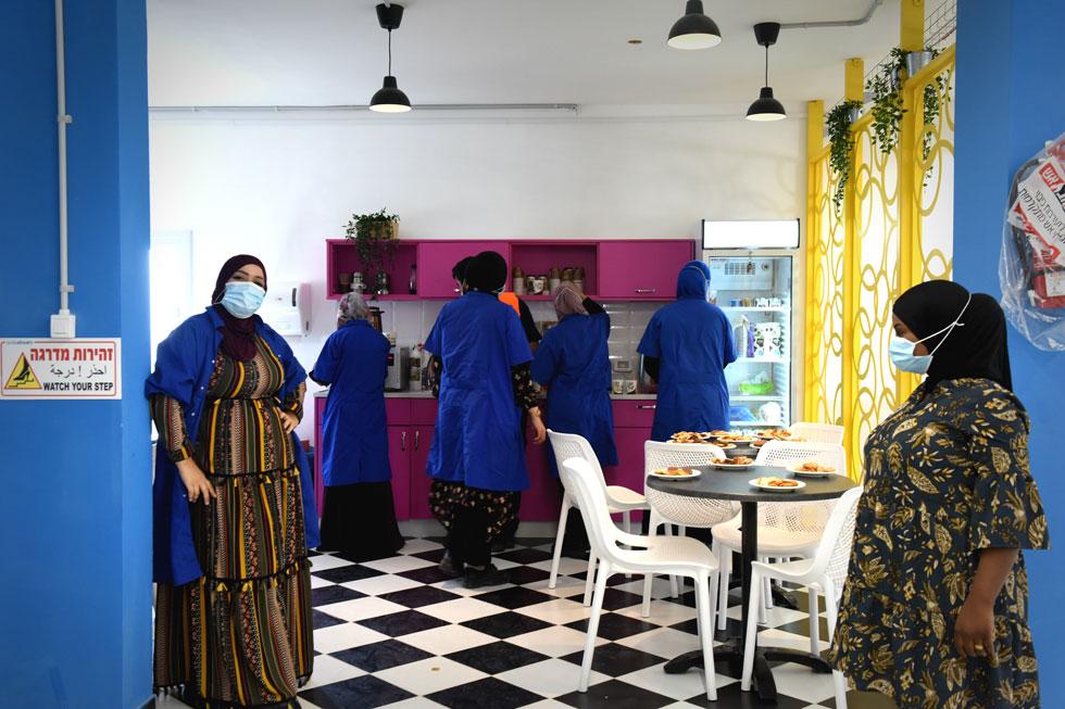 בהמשך לאולם העבודה תכננה אביטל מטבחון ואזור אכילה. מאות נשים ביקשו לעבוד כאן. בסודה סטרים שבעי רצון מהמהלך, ומתכננים לפתוח בכסיפה קו הרכבה נוסף (צילום: אבי פז)