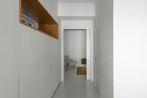 מבט מחדר האורחים אל הסלון. הקיר משמאל הוא ארונות המשכיים (צילום: גדעון לוין)