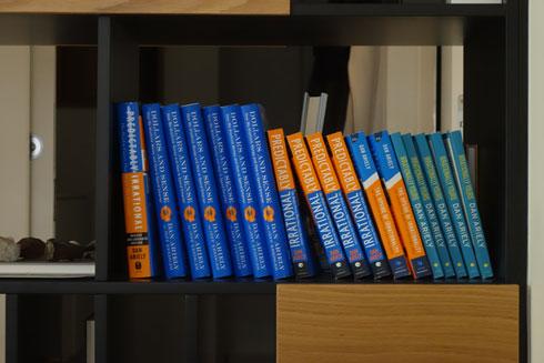על המדפים בעיקר ספריו שלו. ''מתנות שאני נותן לאחרים ואני לא באמת קורא אותם'' (צילום: מיכאל יעקובסון)