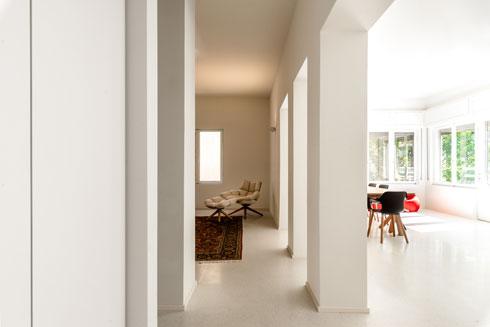 האדריכל המקורי תכנן חלונות רחבים במיוחד. האדריכלית שמרה על ההישג: הדירה שטופת אור (צילום: תמיר רוגובסקי)