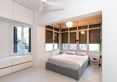 חדר השינה לאורחים הוא הגדול יותר. בכל חדר יש מזגן, אך אריאלי ביקש גם מאוורר תקרה בכל חלל (צילום: תמיר רוגובסקי)