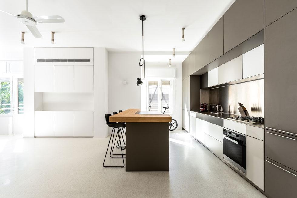 החדר הכפול שמאכלס את המטבח ופינת האוכל  (צילום: תמיר רוגובסקי)