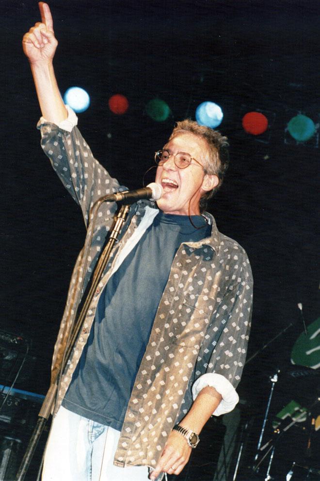 גוב בהופעה לסיום החופש הגדול במכתש רמון, 1996 (צילום: מאיר אזולאי)