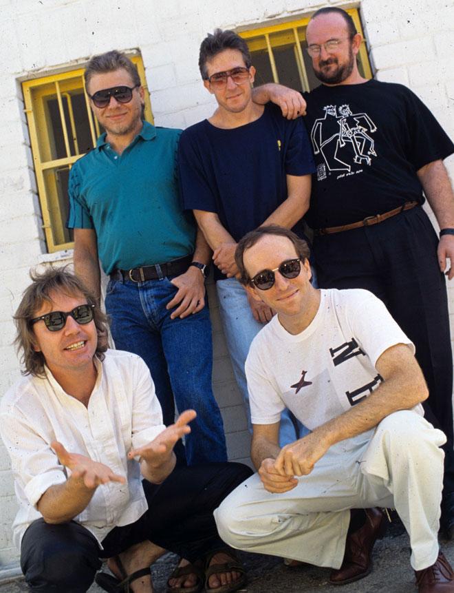 ג'ינס, טי שירט ומשקפי שמש. להקת כוורת, 1989 (צילום: שלום בר טל)