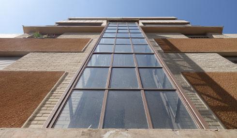 חלון ''תרמומטר'' שוטף את חדר המדרגות באור. איכות אדריכלית שנשכחה בימינו (צילום: מיכאל יעקובסון)