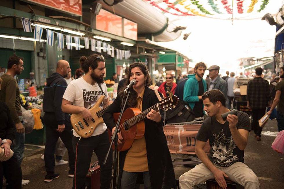"""הזמרת חנה אדרי-אלמלח במופע רחוב. """"לא מדובר במקבצי נדבות, אלא במוזיקאים מעולים"""" (צילום: דב מרמלשטיין)"""