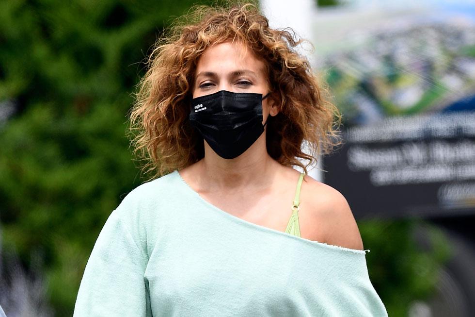 לופז. קמה בבוקר עטתה מסכה ויצאה לרחוב. מצדיעים לך (צילום: splashnews/asap creative)