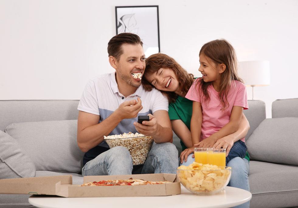 קולנוע ביתי. צפייה משותפת עם הילדים בסדרה או בסרט היא חוויה מתמשכת על פני שעתיים כמעט, ודרכה אפשר לפתח נושאי שיחה והומור משפחתי ייחודי שיישמרו בהמשך כזיכרונות ילדות יפים ואהובים (צילום: Shutterstock)