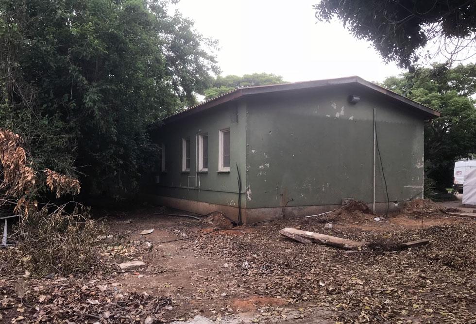 לפני. זו היתה כיתת לימוד ישנה ליד הכביש ההיקפי של הקיבוץ, שהוסבה בחלוף השנים למגורי צעירים (צילום: שיר שטייגמן)